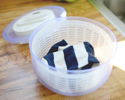 Dùng ngay hộp quay khô rau trong nhà bếp để hô biến cho những loại quần áo nhỏ nhắn khi vừa mới giặt xong nhé, đảm bảo là khô nhanh không cần đến máy sấy luôn.