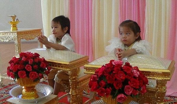 """Anh em song sinh Teekatat và Tawisa vui vẻ làm """"đám cưới"""" với nhau."""