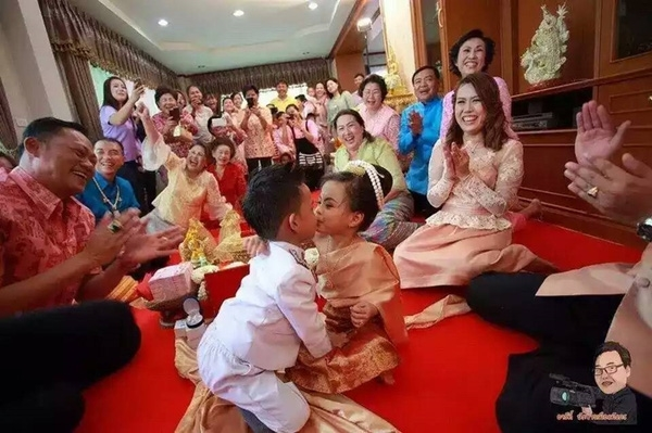 Với phong tục này, các gia đình Thái Lan không ngại chi bội tiền để lo đám cưới cho hai con nhỏ. Đây cũng là một trong những cách biểu hiện lòng thành với thần linh và mong sao người bề trên sẽ phù hộ cho con họ được bình an và sống sung túc.