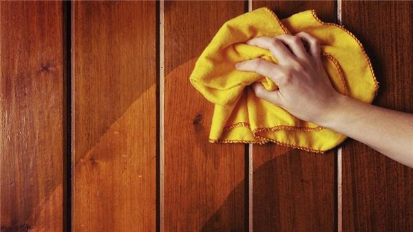 Bạn cũng có thể áp dụng phương pháp lau này với những đồ gỗ trong nhà luôn nhé! (Ảnh: Internet)