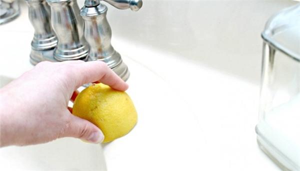 Dùng chanh và muối chà bồn rửa chén sẽ sạch hơn rất nhiều. (Ảnh: Internet)