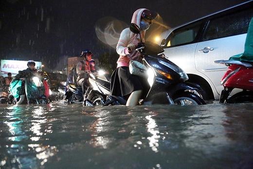 Áp thấp nhiệt đới cùng triều cường lên cao đượcdự đoán khiến một số tuyến đường trong thành phố rơi vào tình trạng ngập nặng.
