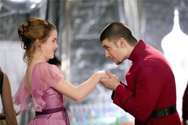 Nếu bạn vẫn chưa thể nhớ ra thì anh ấy chính là bạn hẹn của Hermione Granger trong buổi vũ hội Giáng Sinh và có một cảnh khiêu vũ khá tình tứ với cô nàng…