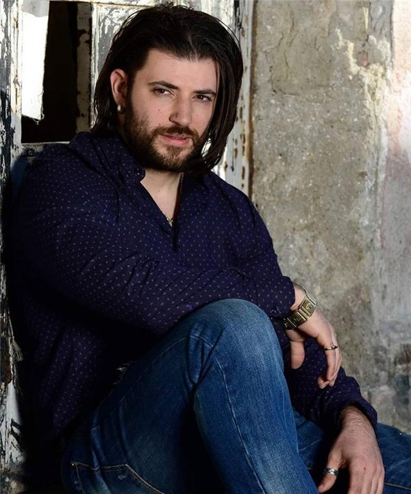 Sau khi trút bỏ hình ảnh soái ca đẹp trai trong Harry Potter, Stanislav Yanevski theo đuổi hình tượng phong trần, để râu và tóc dài.