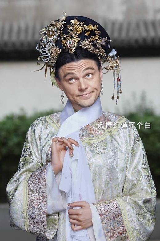 Leo Quý Phi trong trắng kiêu sa không kém cạnhbộ xiêm y nàngđang vận.