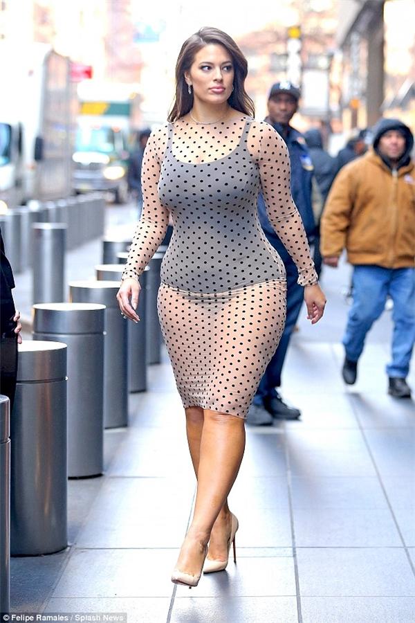 Nàng mẫu béo 28 tuổi diện bodysuit đen và quần lót chẽn gối bên dưới lớp váy xuyên thấu, giữa trời đông rét buốt.
