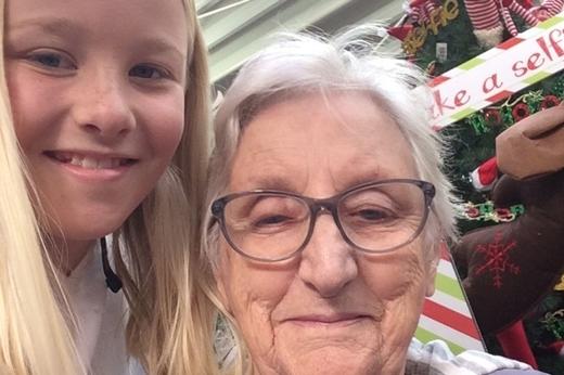 """Cô bé Mollie Johnson đã viết một bức tâm thư gửi đến người bà mà em miêu tả là """"mỗi ngày đều quên mất cháu mình là ai, và trải nghiệm đó thật sự rất khó đểdiễn tả bằng lời."""" (Ảnh: Internet)"""