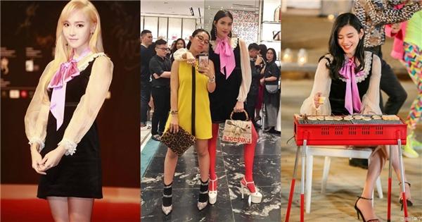 Bộ váy này cũng từng được Tiffanyvà thiên thần nội y Ming Xi diện cách đây không lâu. Tuy nhiên, hai mỹ nhân danh tiếng của làng giải trí châu Á lại chọn phong cách nhẹ nhàng, đơn giản hơn khi phối trang phục cùng sandal quai mảnh.