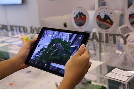 1/3 các tác phẩm tại triển lãm sẽ được thể hiện trên các thiết bị thông minh như máy tính bảng, điện thoại thông minh.
