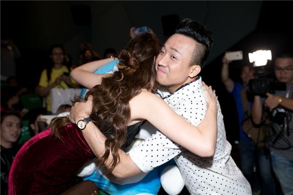 Nối tiếp thành công đó, Hari Won cho ra mắt MV Làm sao để yêu. Ca khúc đánh dấu sự hợp tác lần đầu tiên của cô và nhạc sĩ Nguyễn Hồng Thuận – chủ nhân của nhiều ca khúc đình đám ở thời điểm hiện tại. - Tin sao Viet - Tin tuc sao Viet - Scandal sao Viet - Tin tuc cua Sao - Tin cua Sao