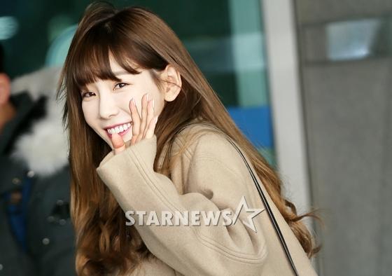 """Taeyeon """"ghi điểm"""" nhờ sự thân thiện, liên tục nở nụ cười tỏa nắng chào fan."""