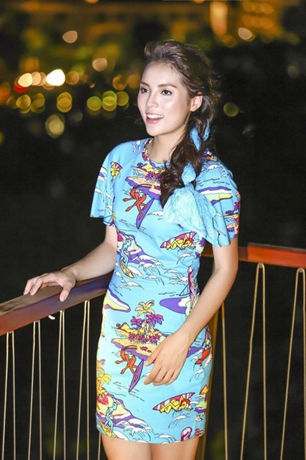 Bộ váy màu xanh với phom ôm sát đơn giản cũng không giúp Kỳ Duyên trông khá hơn.