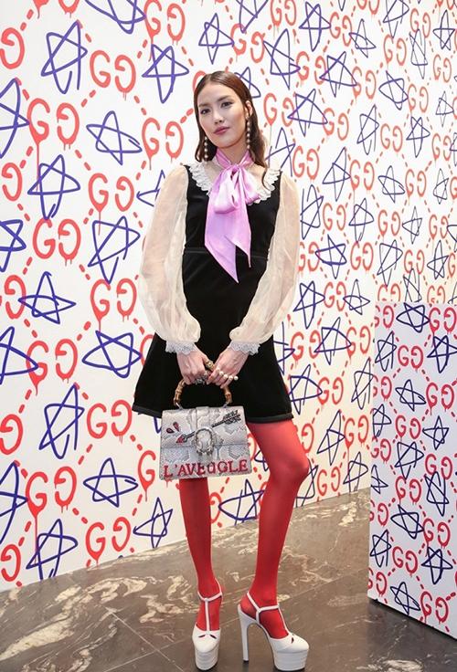 """Lan Khuê diện cả """"cây"""" Gucci khi tham gia một buổi tiệc thời trang. Nhiều lời khen dành cho cô nàng với cách phối trang phục độc đáo nhưng không ít ý kiến chê bai bởi màu sắc không ăn nhập vào nhau."""