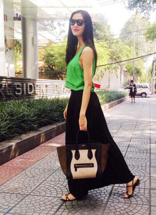 Thùy Dung lại thường xuyên phối những chiếc túi hiệu không ăn nhập với trang phục. Phong cách thời trang của Hoa hậu Việt Nam 2008 khá thất thường.