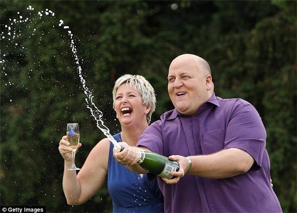 Gillian Bayford cùng chồng cũ Adriantừng trúng số với giải thưởng lên đến 148 triệu bảng anh (hơn 4200 tỉ đồng).