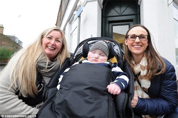 Gillian (trái)đã dùng tiền mua nhà cho mẹ con cậu bé khuyết tật.
