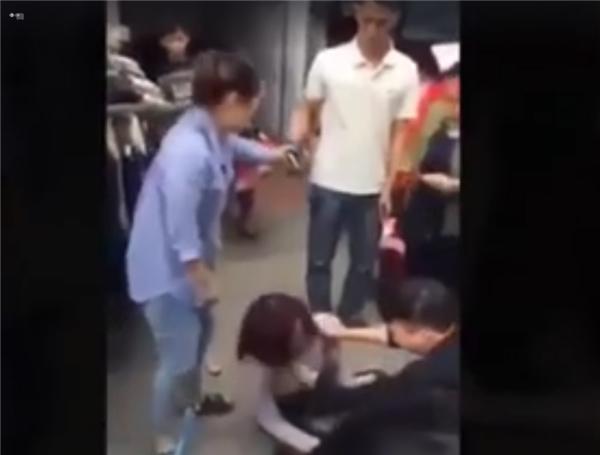 """Có thể thấy rõ, đoạn video này đã ghi lại cảnh nhiều người vừa túm tóc cô gái trẻ vừa chửi """"xinh như thế này mà còn đi ăn cắp"""". Cô gái bật khóc rồi liên tục núp vào một số nam thanh niên đứng ra can ngăn."""
