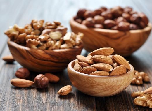 Nên ăn các loại hạt: quả óc chó, hạnh nhân, hạt hướng dương, hạt bí ngô…