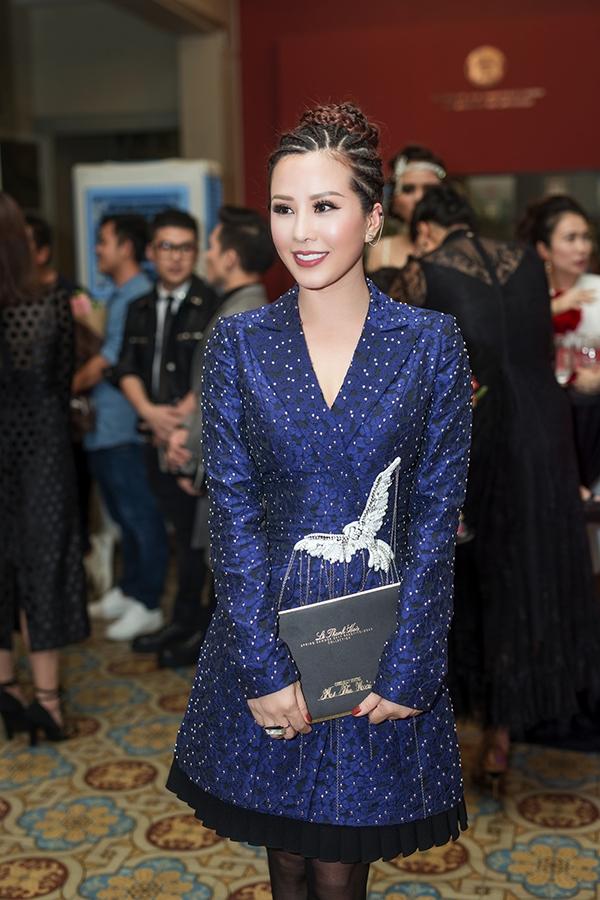 """Dù Thu Hoài chọn lựa trang phục khá """"bình dân"""" so với những thiết kế hàng hiệu đắt đỏ nhưng ở nữ doanh nhân vẫn toát lên vẻ sang trọng, thu hút. Nhẫn, hoa tai thuộc dòng thời trang cao cấp của Atelier Swarovski kết hợp với nhà thiết kế lừng danh Jean Paul Gaultier rất phù hợp với bộ trang phục."""