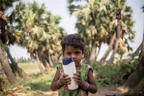 Trong một gia đình Ấn Độ có thu nhập gần 660.000 đồng/người lớn, đứa trẻ thích thú nhất khi được chơi với những chiếc chai nhựa.