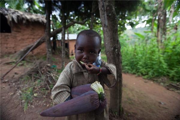 Trong một gia đình Burundi (châu Phi) có thu nhập gần 660.000 đồng/người lớn, cậu bé dùng trái bắp khô làm đồ chơi.