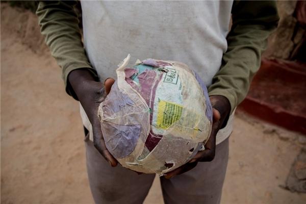 Trong một gia đình Zimbabwe có thu nhập khoảng 770.000 đồng/người lớn, cậu bé phải tự chế ra những trái banh từ giấy báo vứt đi.