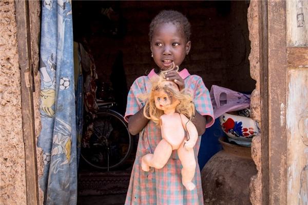 Trong một gia đình Burkina Faso có thu nhập hơn 1 triệu đồng/người lớn, một con búp bê nhựa bị hỏng cũng đủ làm cô bé vui cả ngày rồi.