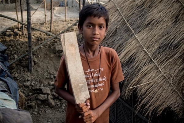 Trong một gia đình Ấn Độ khác có thu nhập 1,47 triệu đồng/người lớn, cậu bé có thể tự làm được chiếc gậy criket để chơi với bạn bè.