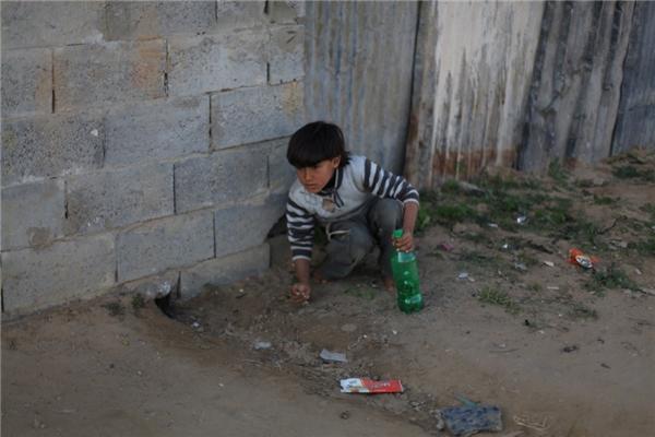 Trong một gia đình Palestin có thu nhập hơn 2,5 triệu đồng/người lớn, chú bé cũng dùng chai nhựa để chơi.