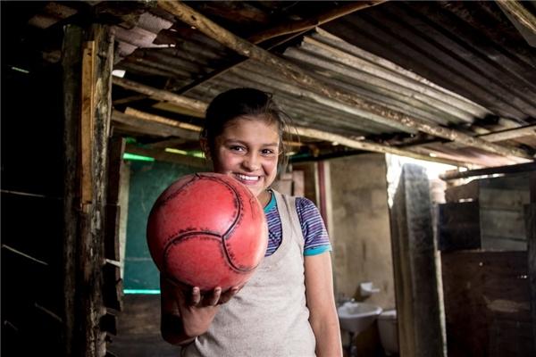 Trong một gia đình Colombia với thu nhập gần 2,8 triệu đồng/người lớn, món đồ chơi yêu thích của bé gái là một quả bóng đá.