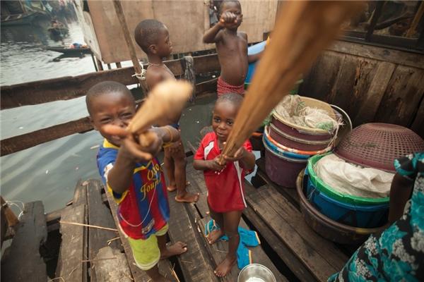 Đối với các anh em trong một gia đình Nigeria có thu nhập hơn 2,8 triệu đồng/người lớn, món đồ chơi chúng yêu thích nhất là những cây gỗ.