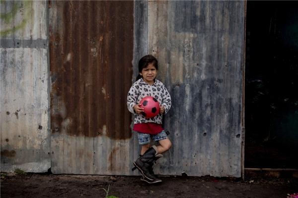 Trong một gia đình Colombia khác có thu nhập gần 3,3 triệu đồng/người lớn, cô bé cũng rất vui với trái banh nhựa của mình.