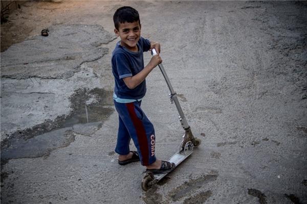 Một gia đình Tunisia với thu nhập gần 5 triệu đồng/người lớn lại có điều kiện mua cho con trai họ một chiếc xe scooter.