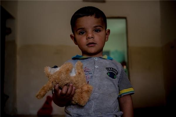 Một gia đình Ấn Độ với thu nhập hơn 5,5 triệu đồng/người lớn thì đủ khả năng mua thú bông cho cậu con trai bé nhỏ.