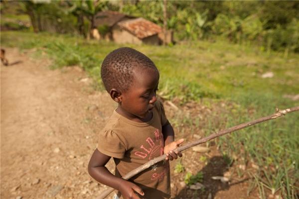 Tuy nhiên, trong một gia đình Rwanda với thu nhập gần 5,7 triệu đồng/người lớn, cậu bé đáng thương lại chỉ có mỗi cây gậy để chơi cùng.