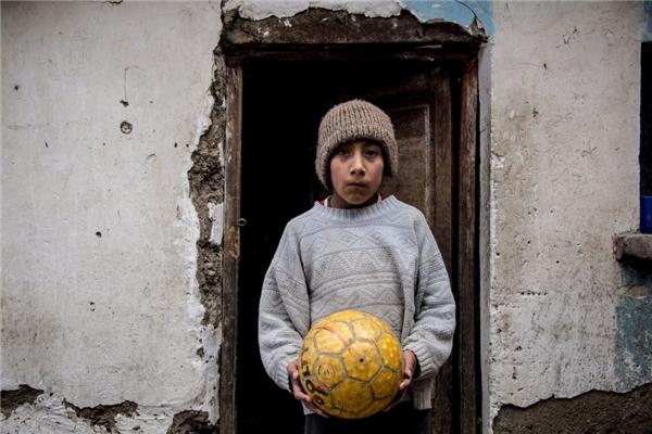 Một gia đình Bolivia với mức thu nhập hơn 5,7 triệu đồng/người lớn, bé trai vẫn rất hài lòng với quả bóng đá của cậu.