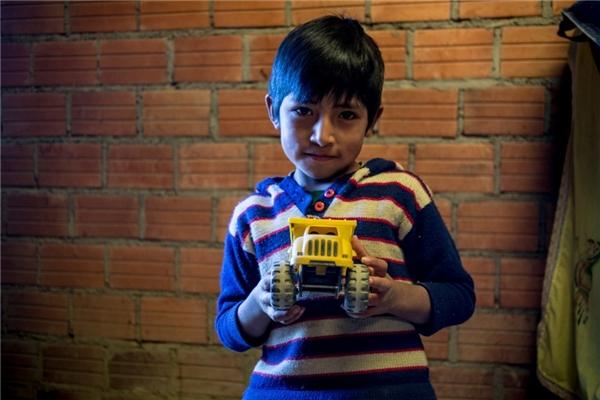 Còn ở một gia đình Bolivia khác với thu nhập hơn 6 triệu đồng/người lớn, cậu bé có được chiếc xe tải đồ chơi để khoe với bạn bè.