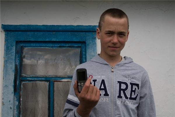 Một gia đình ở Ukraina với thu nhập gần 10,8 triệu đồng/người lớn, cậu thiếu niên của họ được bố mẹ cho một chiếc điện thoại di động.