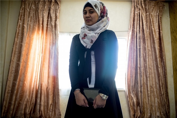 Mặt khác, một gia đình Jordani với thu nhập hơn 13,2 triệu đồng/người lớn, cô con gái lớn của họ được sắm cho chiếc máy tính bàn.