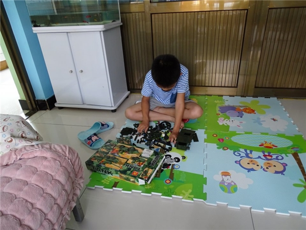 Trong một gia đình Trung Quốc với thu nhập hơn 50,6 triệu đồng/người lớn, cậu bé được sắm cho một bộ mô hình xe tăng quân sự giúp tăng khả năng tư duy.