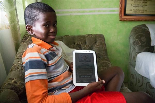 Trong một gia đình Kenya với thu nhạp hơn 74 triệu đồng/người lớn, cậu bé được sắm cho máy tính bảng để vừa chơi vừa phục vụ việc học.