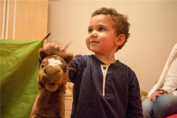 Một gia đình Jordani với thu nhập 168,4 triệu đồng/người lớn, cậu bé kháu khỉnh được mua cho những con thú nhồi bông cỡ lớn.