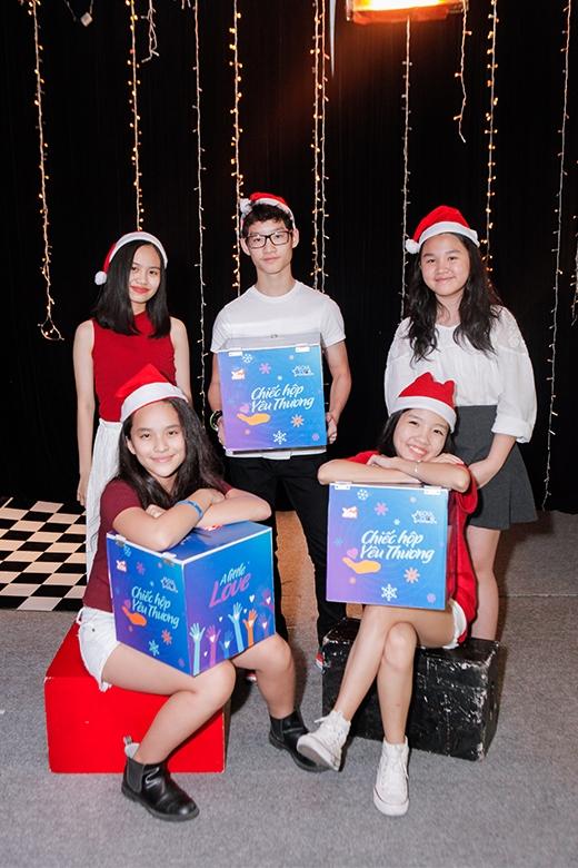 """Không chỉ các tên tuổi lớn, các em nhỏ nhóm Soul Club cũng rất hào hứng khi tham gia giúp đỡ cộng đồng: """"Giáng Sinh năm nay sẽ đặc biệt ấm áp, vì yêu thương đang lan tỏa khắp nơi. Chúng em cũng muốn góp một phần nhỏ bằng cách dùng niềm đam mê của mình, dùng âm nhạc và nghệ thuật để chạm đến trái tim của mọi người, để cùng nhau lan tỏa yêu thương""""."""