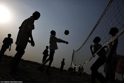 Các bé trai - những đứa trẻ chịu nhiều ảnh hưởngbởi nạn bạo lực sắc tộc quốc tế đang chơi bóng chuyền bên ngoài trung tâm hỗ trợ của Unicef tại thị trấn Pibor, quốc gia Jonglei.