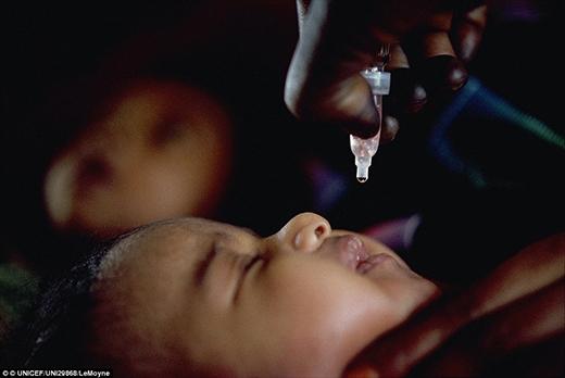 Một đứa trẻ đang nhận vắc xin phòng bại liệt tại trạmy tế dành cho trẻ em ở bệnh viện Omdurman, Khartourn, thủ đô Sudan.