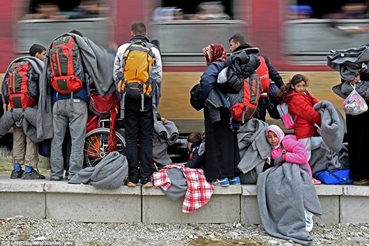 Mọi người đang đứng trên đường chờ xe lửa bên ngoài trung tâm quá cảnh Vinojug khi con tàu bắt đầu di chuyển đến Hi Lạp.