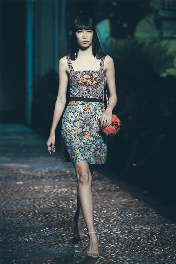 Với bộ sưu tập dành cho mùa Xuân - Hè 2017 này, khán giả vẫn dễ nhận diện phong cách thiết kế đặc trưng của Lê Thanh Hòa bởi sự nữ tính, mềm mại, duyên dáng và thanh lịch.