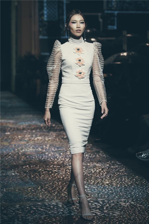 Qua bộ sưu tập này, Lê Thanh Hòa không chỉ muốn truyền tải vẻ đẹp về miền đất cố đô trong cảm nhận của anh mà còn đề cao vẻ đẹp thanh tao, cao quý của người phụ nữ. Hình ảnh anh hướng đến chính là sự hòa quyện giữa nét nữ tính bên ngoài nhưng vẫn mạnh mẽ, gai góc bên trong.