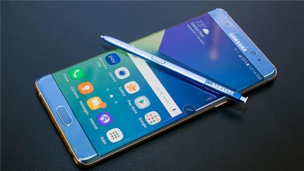 Đứng đầu danh sách chính là chiếc Galaxy Note 7 của ông chủ lớn Samsung. Có thể nói rằng, đây chính là cái chết công nghệ đáng tiếc nhất của năm 2016. Nỗ lực của Samsung đã tạo ra một thiết bị hoàn hảo, thế nhưng sự cố về pin khiến họ gần như từ bỏ dòng Note trong năm nay.