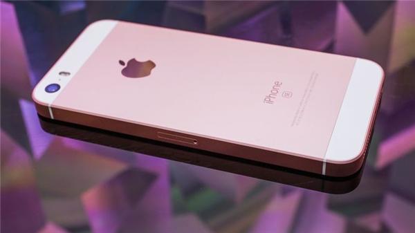 """Khi Apple cố gắng """"hồi sinh"""" smartphone 4 inch thông qua iPhone SE, nhưng sản phẩm này hầu như không gây được tiếng vang gì và cũng sớm mất tích trên thị trường. Có lẽ đây là nỗ lực cuối cùng, và 4,7 inch sẽ trở thành chuẩn """"màn hình bé"""" từ năm sau."""